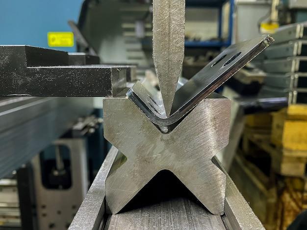 Buigen van plaatwerkdelen met een plaatbuigmachine in de fabriek