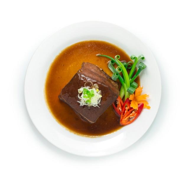 Buik in bruine saus met ui bovenop