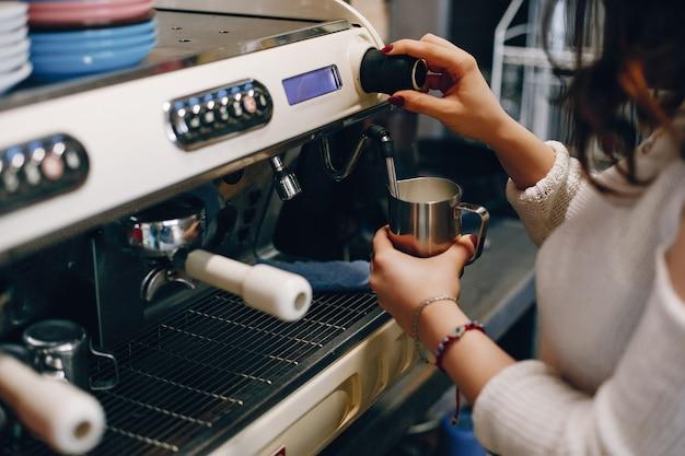 Buik van barista die koffie maakt