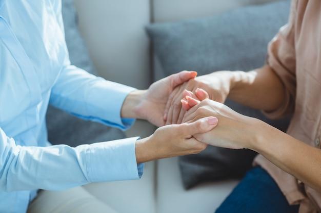 Buik van therapeut die geduldige handen houden
