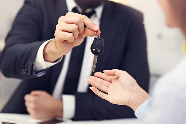 Buik van zakenmensen met autosleutel