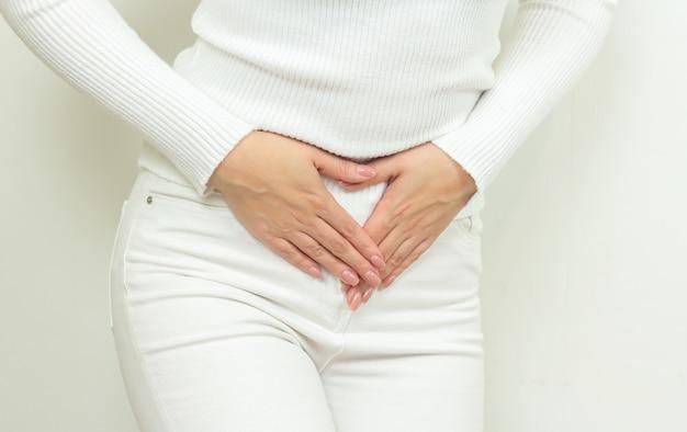 Buikpijn van jonge vrouw, gynaecologische of medische problemen concept
