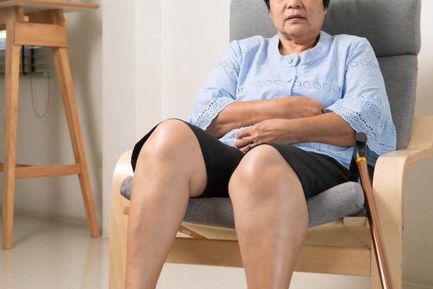 Buikpijn van oude vrouw, gezondheidsprobleem concept