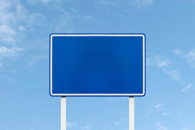 Buiten blauw bord op blauwe hemelachtergrond