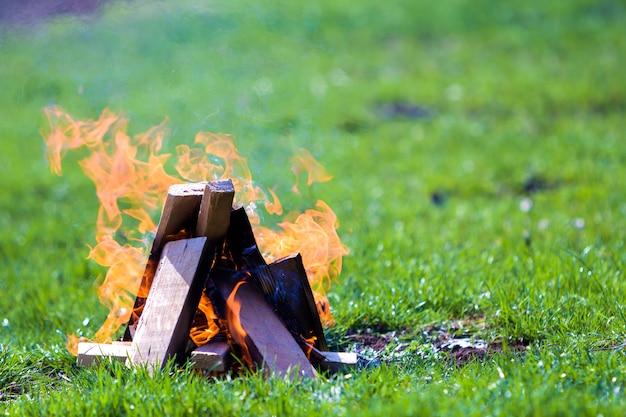 Buiten brandend houten planken op de zomerdag.