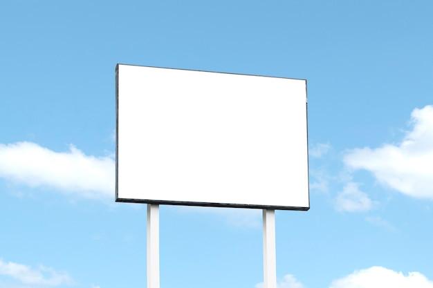 Buiten de deur billboard op blauwe hemelachtergrond met uitknippad