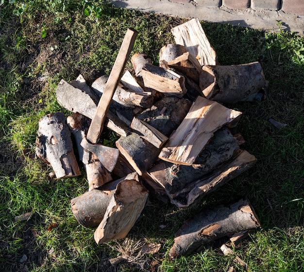 Buiten een bijl en een stapel gehakt hout