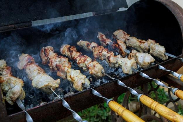 Buiten gebarbecued lamsvlees op houtskoolgrill op spiesjes.