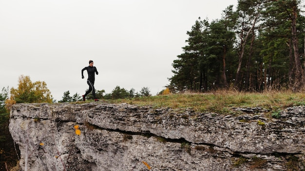 Buiten hardlopen training in de natuur afstandsschot