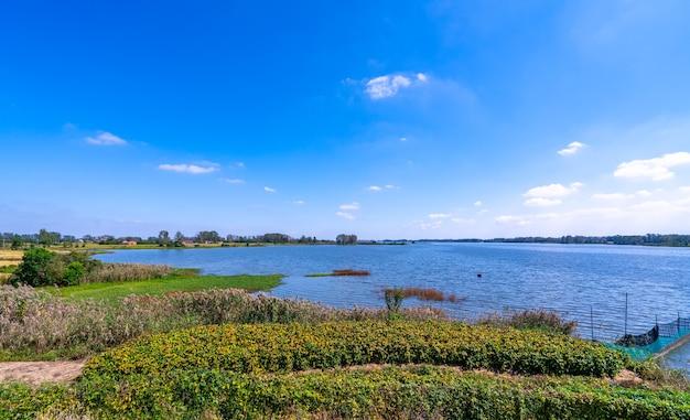 Buiten landelijk water landelijk landschap