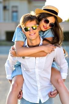 Buiten levensstijl beeld van gelukkige paar verliefd met plezier en samen gek worden, knuffels en kusjes, romantische date, avondzonlicht, straat, reizen, stijlvolle elegante jongens, mooie geliefden.