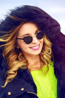 Buiten mode portret van stijlvolle jongedame worm heek en zonnebril dragen