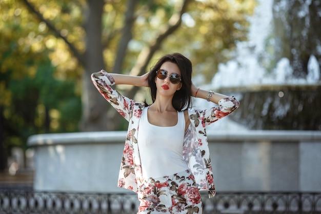 Buiten mode straat stijl portret van mooie vrouw in ochtend stad.