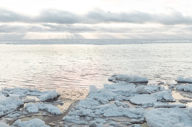 Buiten natuur op koude zonnige dag. close up van natuurlijke ijs rivier structuur oppervlak.