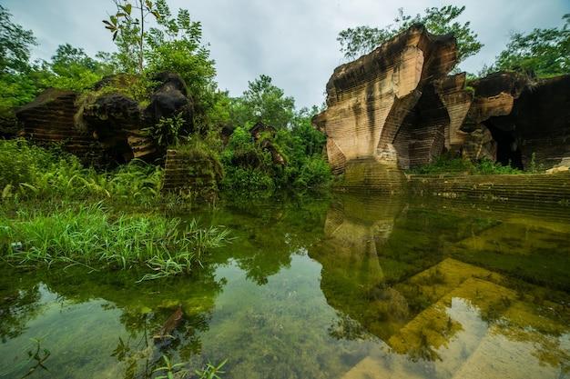 Buiten natuurpark met vijverwater in de oude werkplek van de kalksteenmijnbouw