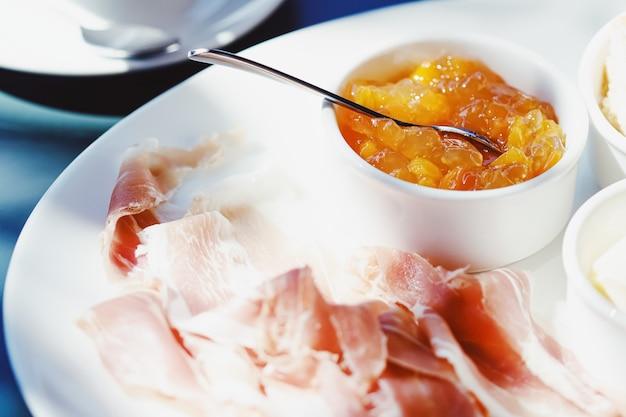 Buiten ontbijten in de zomer ham jam boter en ham