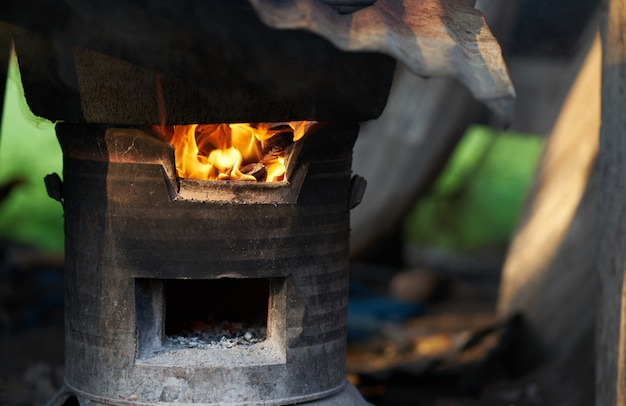 Buiten oven in vuur vlammen