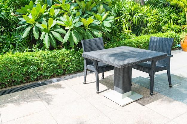 Buiten patio met stoel en tafel