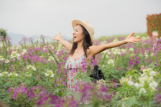 Buiten portret van een mooie vrouw van middelbare leeftijd azië. aantrekkelijk meisje in een veld met bloemen