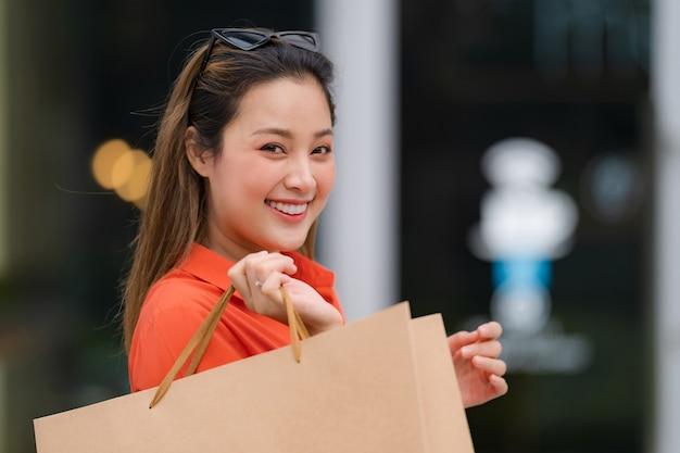 Buiten portret van gelukkige vrouw met boodschappentassen