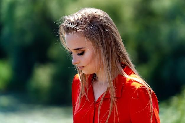 Buiten sfeervolle mode foto van jonge mooie dame in zonnig landschap
