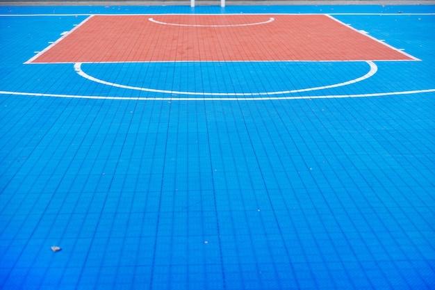 Buiten stedelijk basketbalveld blauw, niemand, kopieer ruimte, achtergrond.
