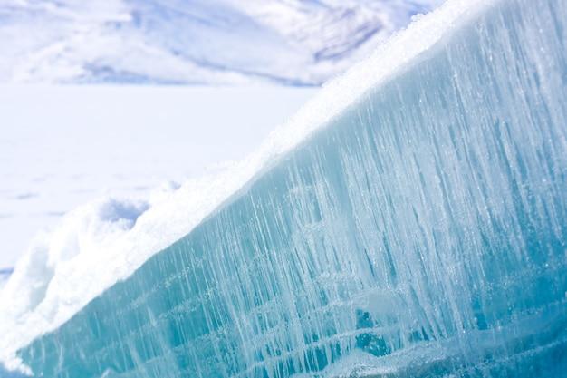 Buiten uitzicht op ijsblokken bij frozen cildir lake in de winter. kars - turkije