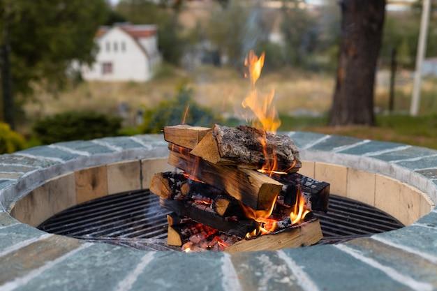 Buiten vuurplaats met brandend brandhout