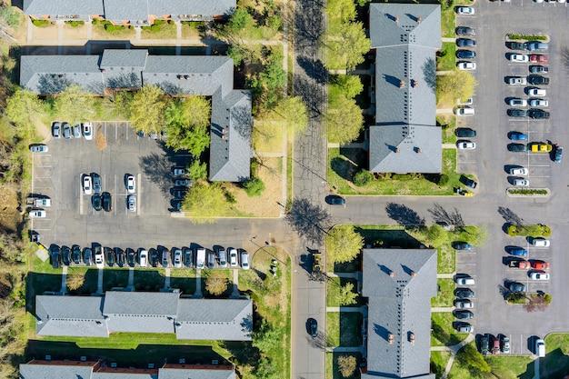 Buitenaanzicht kleine amerikaanse stad residentieel appartementencomplex in straat en thuis