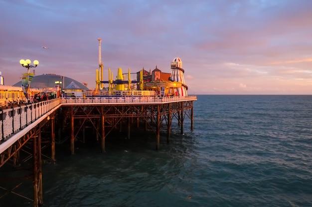 Buitenaanzicht van de palace pier vanaf de boulevard met groot domein brighton uk