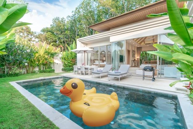 Buitenaanzicht van het huis met tropische zwembadvilla met groentuin