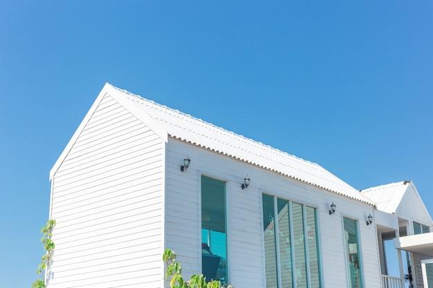 Buitenaanzicht van huis met blauwe hemel