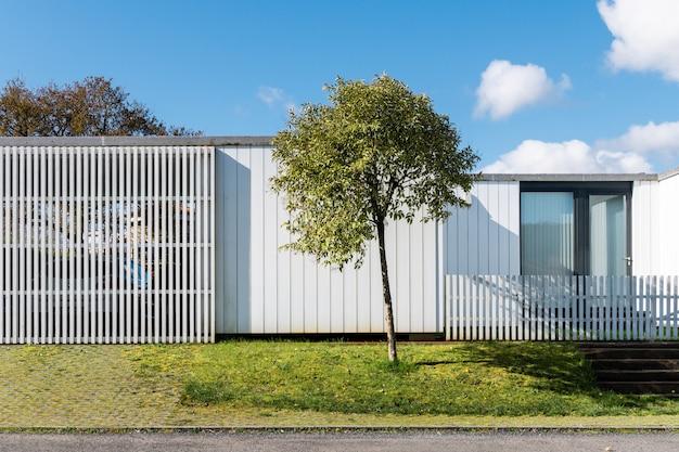 Buitenaanzicht van modern familiehuis