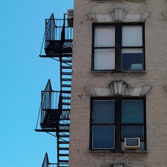 Buitenbrandtrap bij de bouw in de stad van manhattan, new york, de vs