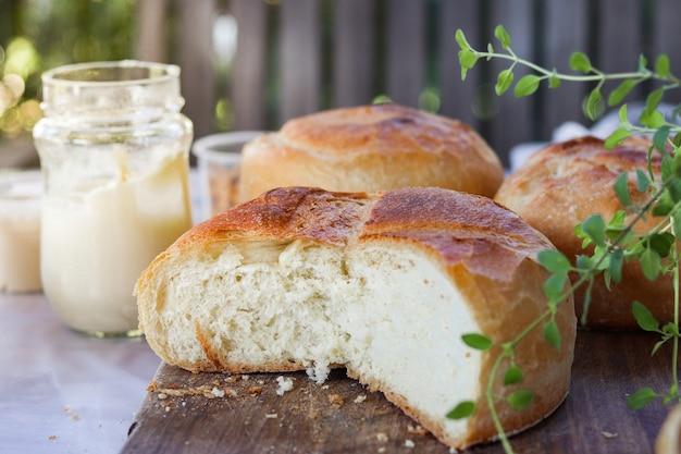 Buitenbrood op tafel met romig
