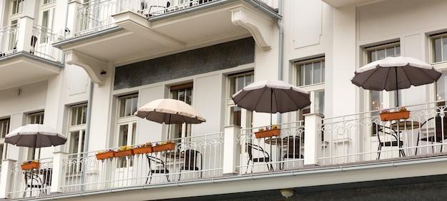 Buitencafé en gevel van het gebouw, karlovy vary, tsjechië, europa.