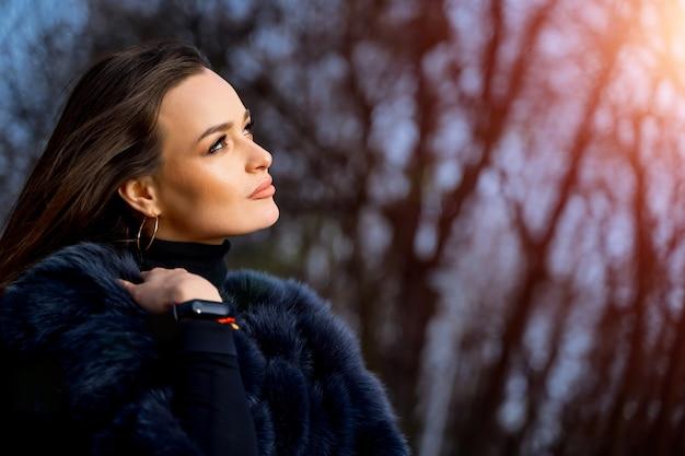 Buitenfoto van een glamourvrouw