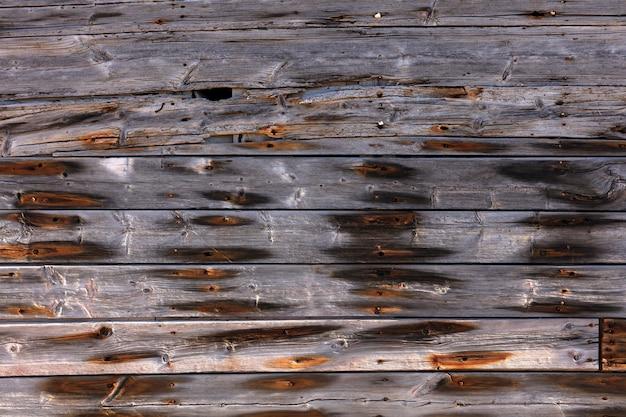 Buitenkant houten muur met roestige spijkers