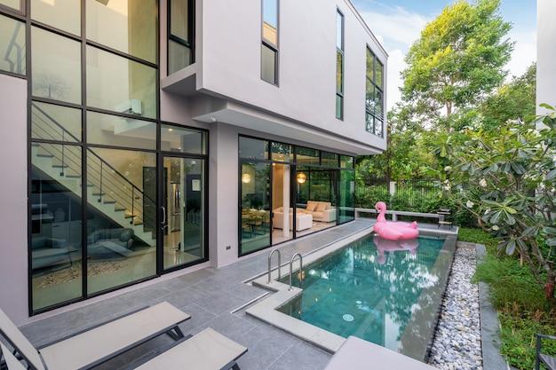 Buitenkant huis met zwembad in het huis