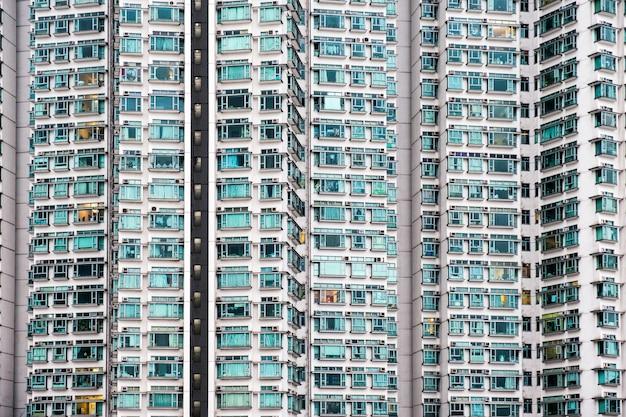 Buitenkant naadloze gevel appartement met glazen ramen