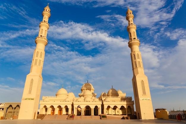 Buitenkant van de el mina masjid-moskee