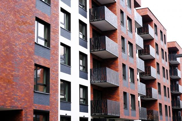 Buitenkant van een modern flatgebouw met balkon. geen mensen.
