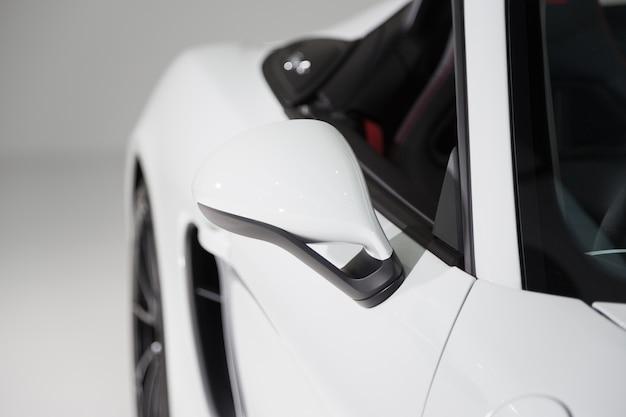Buitenkant van een moderne witte luxeauto met een witte achtergrond