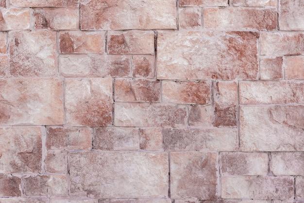 Buitenkant van een woongebouw op de muur wordt decoratief metselwerk aangebracht