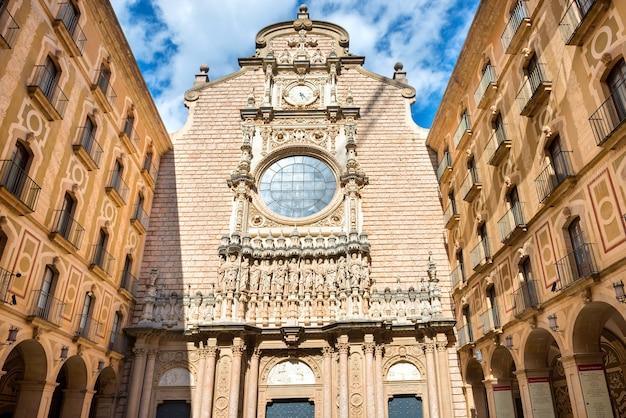 Buitenkant van het benedictijnenklooster van montserrat, in de buurt van barcelona, catalonië, spanje
