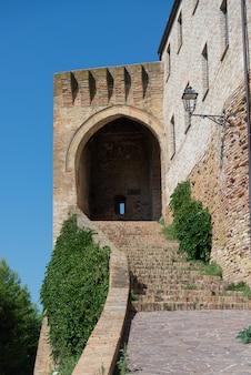 Buitenkant van het middeleeuwse dorp acquaviva picena in ascoli piceno