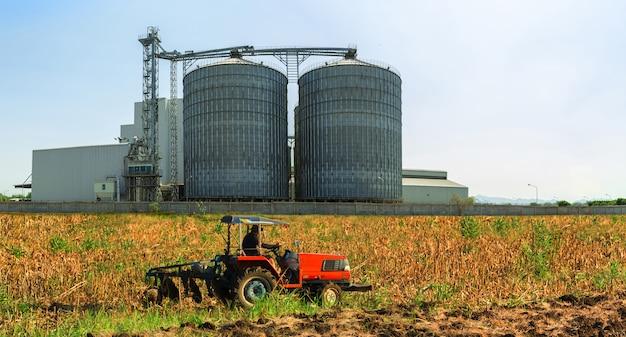 Buitenkant van landbouwsilo's, opslag, drogen van graan, tarwe, maïs, soja, zonnebloem met fa