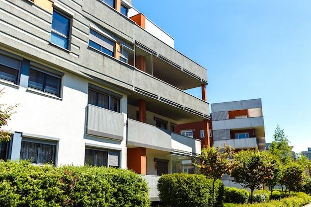 Buitenkant van moderne flatgebouwen op een blauwe hemel