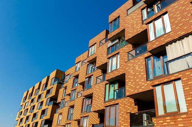 Buitenkant van nieuwe flatgebouwen op een blauwe hemelachtergrond