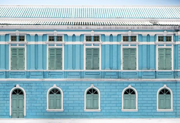 Buitenkant van vintage gebouw met houten raam